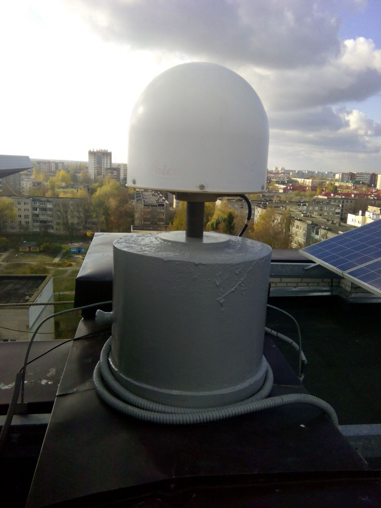 LEIAR25.R4 antenna with radome, view from east
