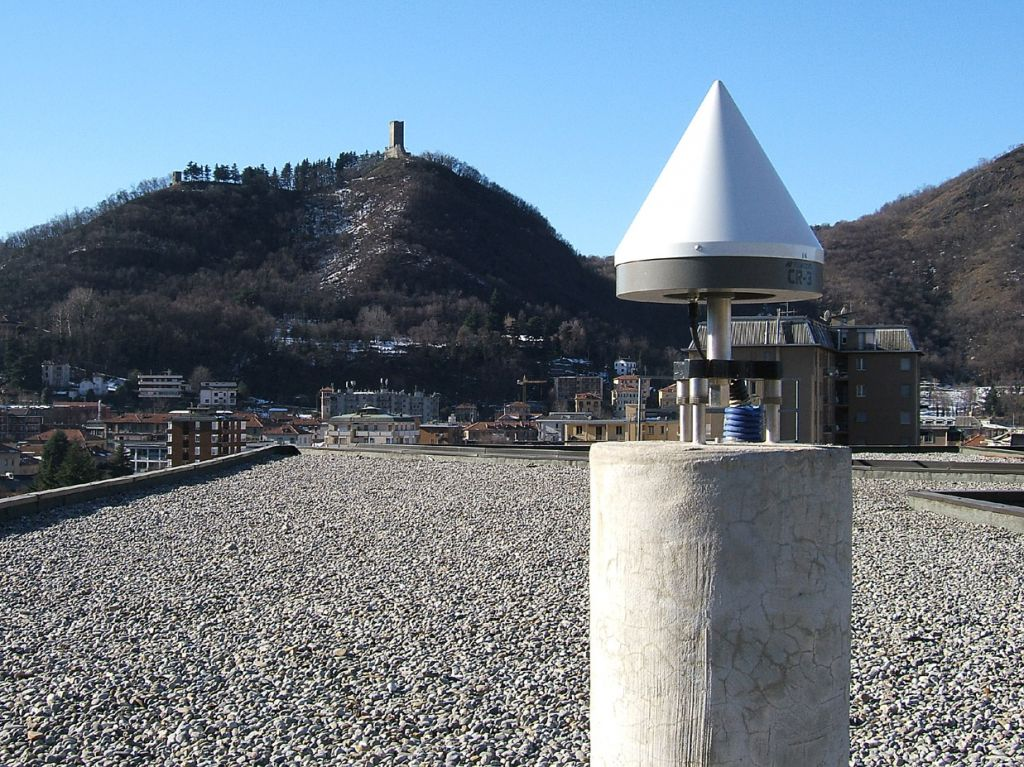 the pillar top and the GNSS antenna.