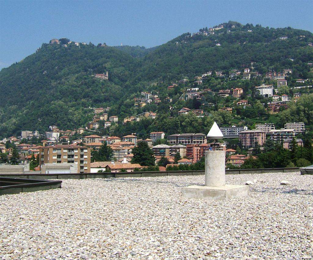 the pillar monumentation, on the roof of Como University.