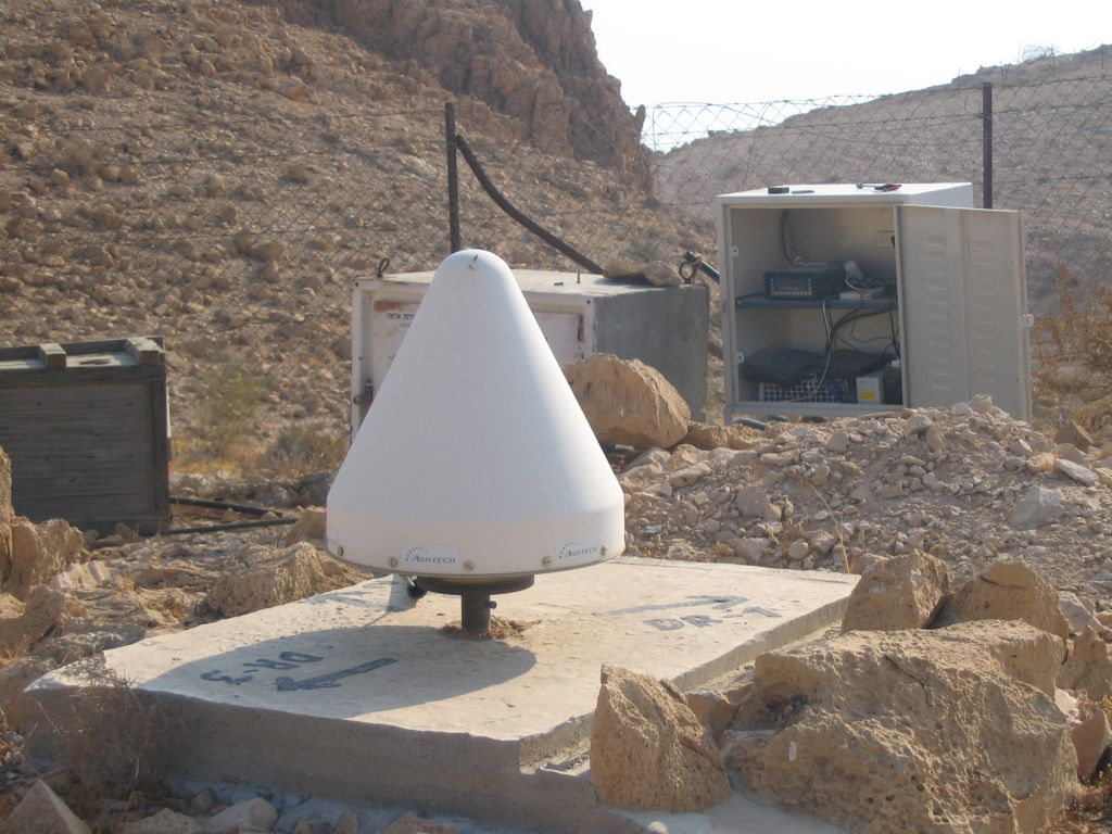 "the ashtech antenna is drilled and fixed 4 meters into the ground and is located above the Dead Sea in ""dragot"" site observatory."