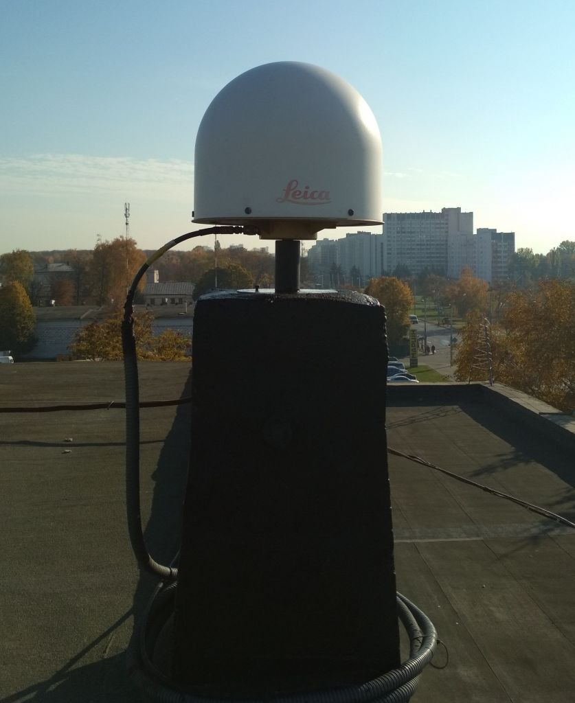 LEIAR25.R4 antenna with radome, view from west