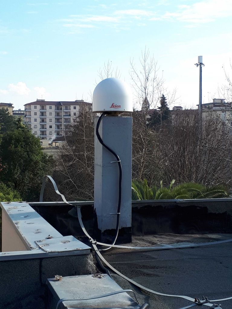 LEIAR25.R4 (LEIT) antenna sited in the roof