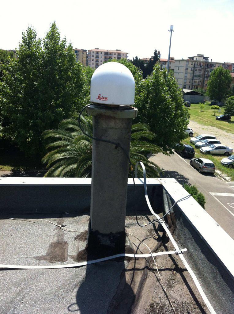 Pillar and LEIAR25.R4 antenna.