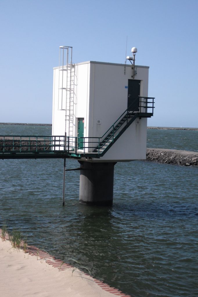 Ijmuiden tide-gauge station with LEIAR25.R4 GNSS antenna and colocated InSAR transponder.