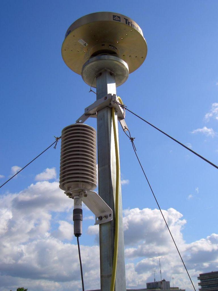 Antenna, antenna mast, meteorological sensor.
