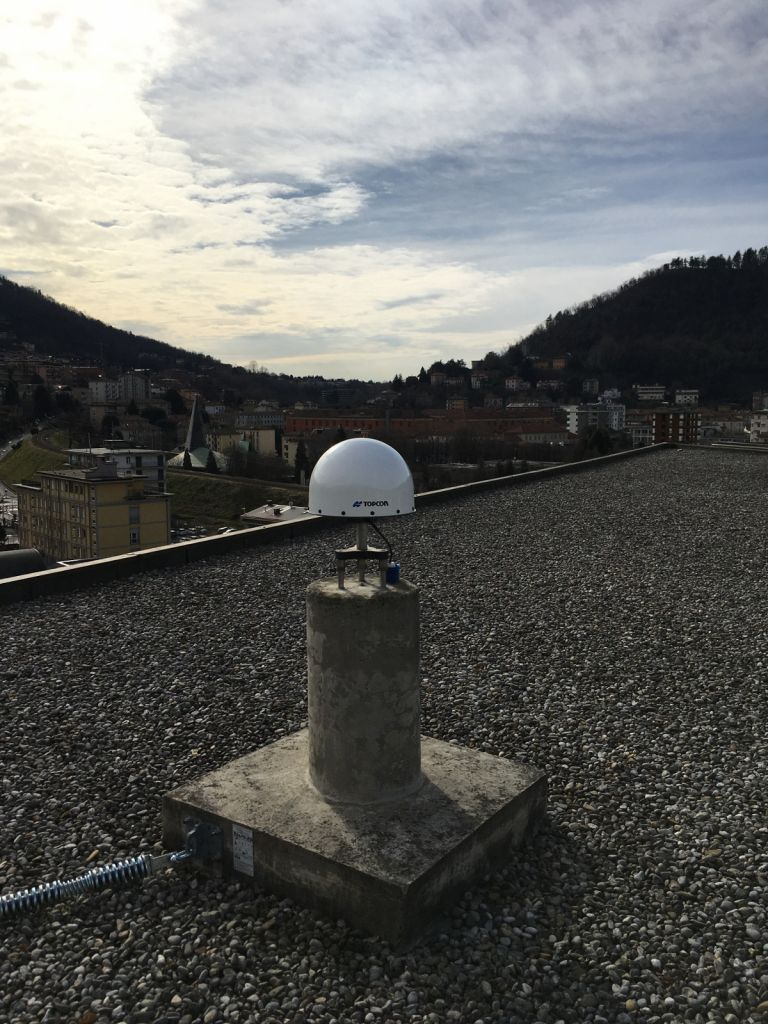 Overview picture of TOPCON CR.G3 antenna with TPSH dome