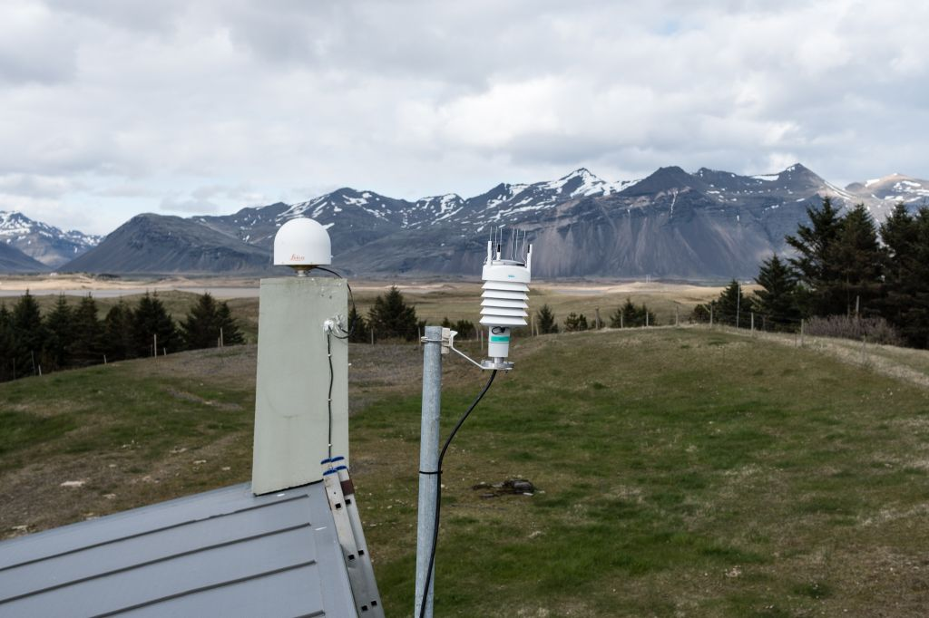 Antenna mount and new meteo device direction west