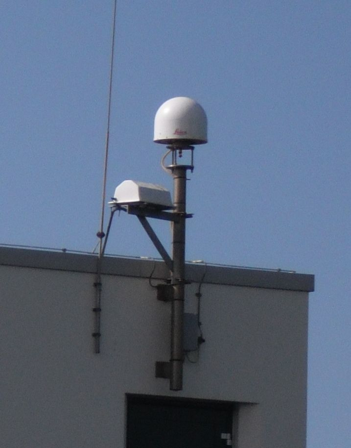 LEIAR25.R4 GNSS antenna with co-located Compact Active Transponder for InSAR.