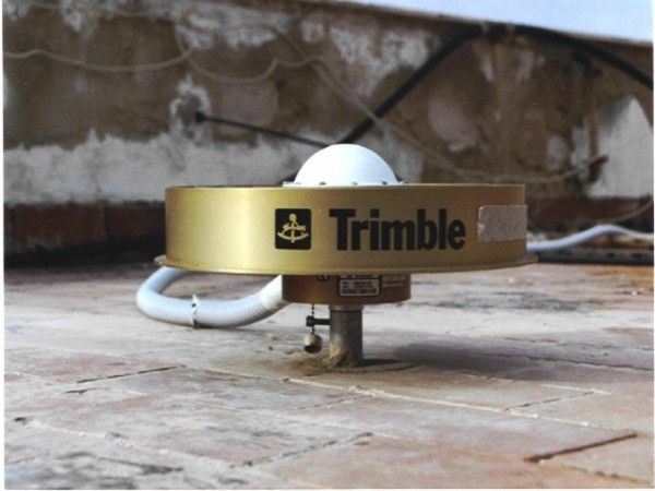 GPS Trimble antenna. Removed on 2014-04-11, replaced by a Leica AR25 one.