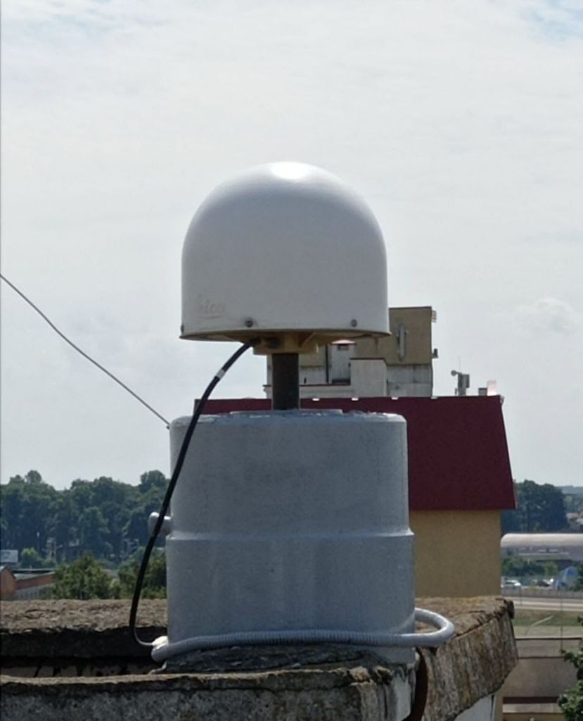 LEIAR25.R4 antenna with radome, view from north