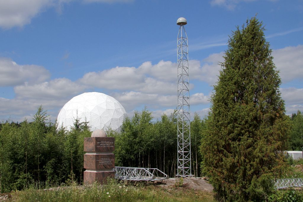 MET3 during summertime. The dome of the VLBI (METSAHOV) in the background.
