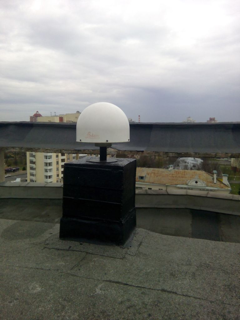 LEIAT504GG antenna with radome, view from south