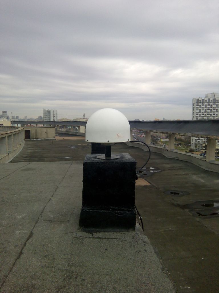 LEIAT504GG antenna with radome, view from east