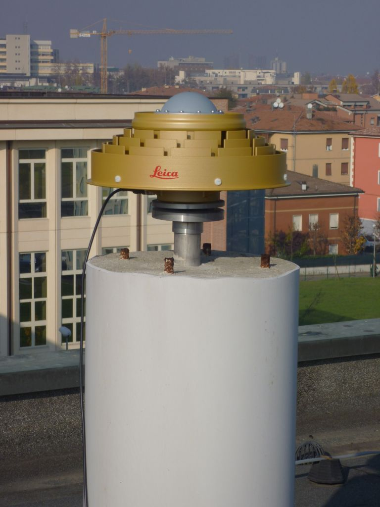 installation: SCIGN adaptor with chokering LEIAR25.R4 antenna (no radome is used).