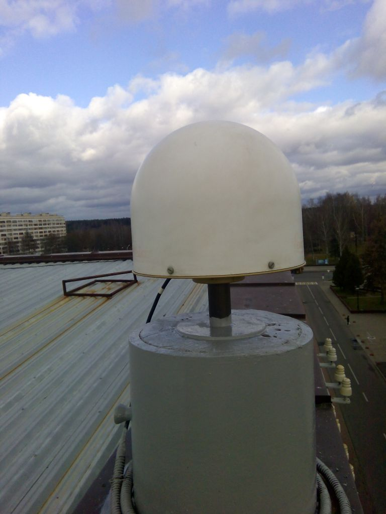 LEIAR25.R4 antenna with radome, view from south