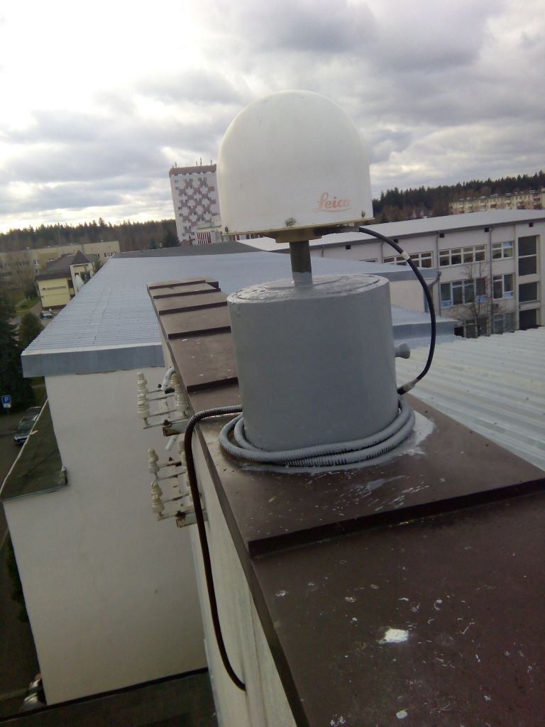 LEIAR25.R4 antenna with radome, view from northeast