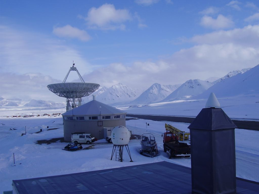 NMA Geodetic Observatorium in Ny-Alesund, with the VLBI antenna.