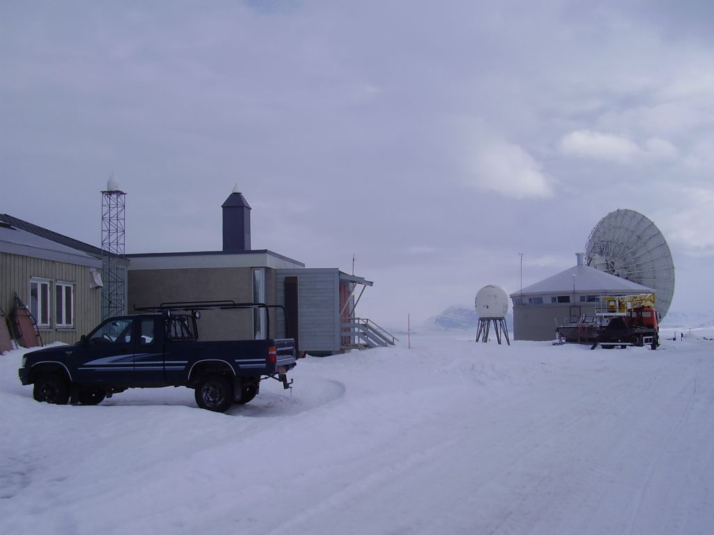 GNSS-antennae. NYAL to the left, NYA1 between NYAL and the VLBI-antenna.