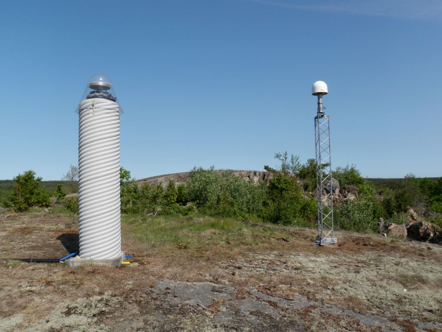 Antenna monument to the right. The pillar to the left is SWEPOS station OSK0 10435M001.