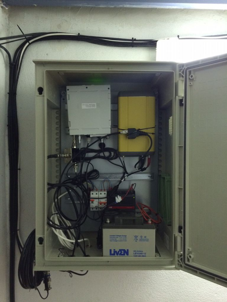 Cupboard where the LEICA GR10 and the TPS NET-G3A receivers are located.