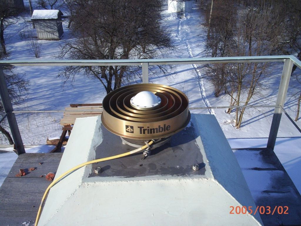 TRM29659.00 antenna mounted on the top of steel pillar.