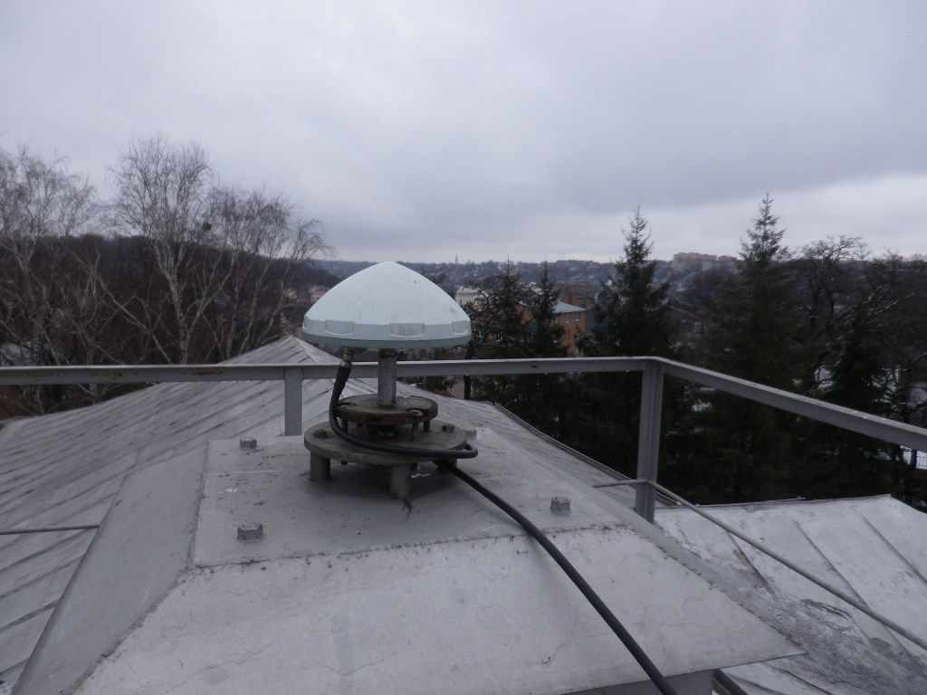 LEIAR10 antenna mounted on the top of steel pillar.