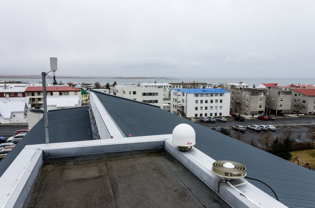 Antenna mount on roof. REYK antenna rear antenna is for REYK. The front antenna is for temporary installation only to monitor the antenna change according to new IGS guidelines.