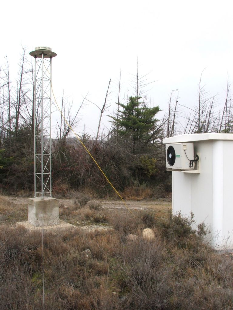 antenna and cabin containing the receiver rack