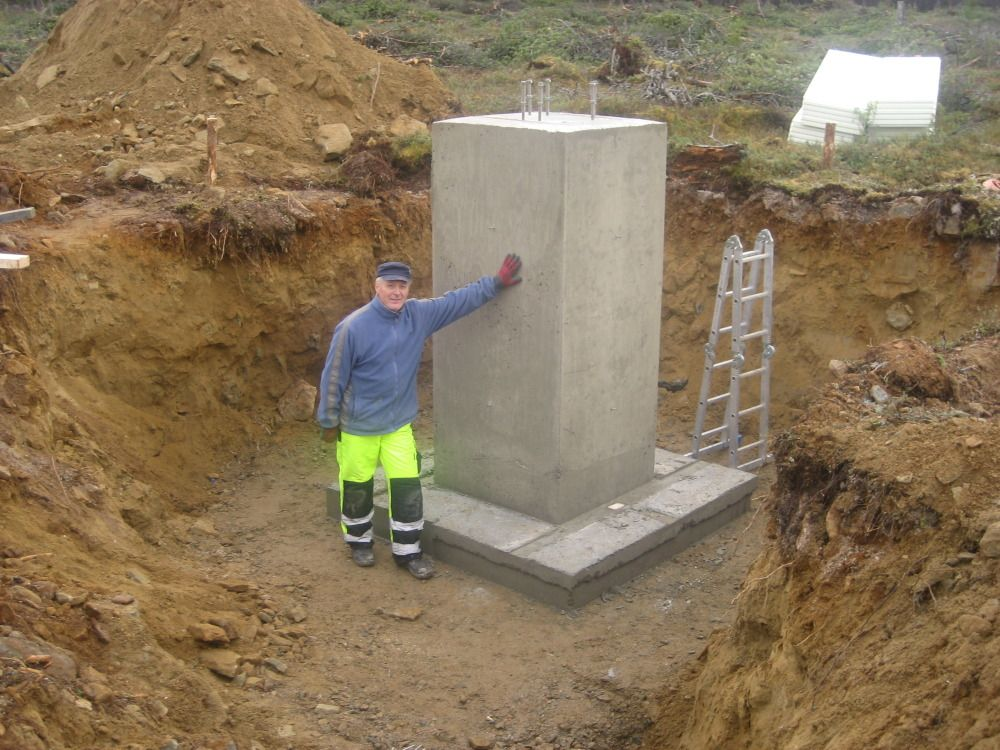 The foundation of the mast has been made of concrete because of lack of bedrock in the area.