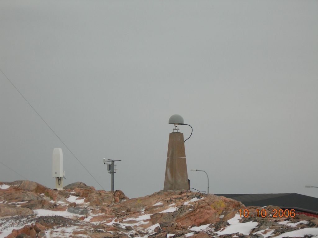 shows the monument. To the left behind the meteorological station is seen.