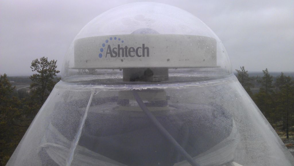 Close up to the pillar/antenna, new radome