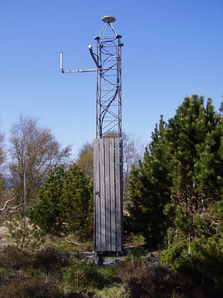 mast founded in bedrock and GNSS antenna, Trimble Zephyr Geodetic Model 2.