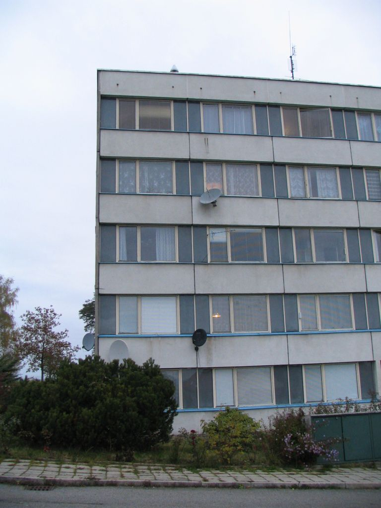 full view of the building with antenna position.