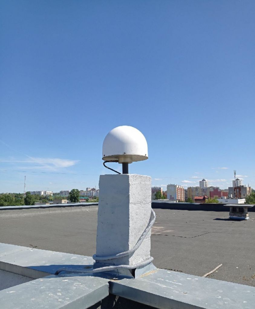 LEIAT504GG antenna with radome, view from west