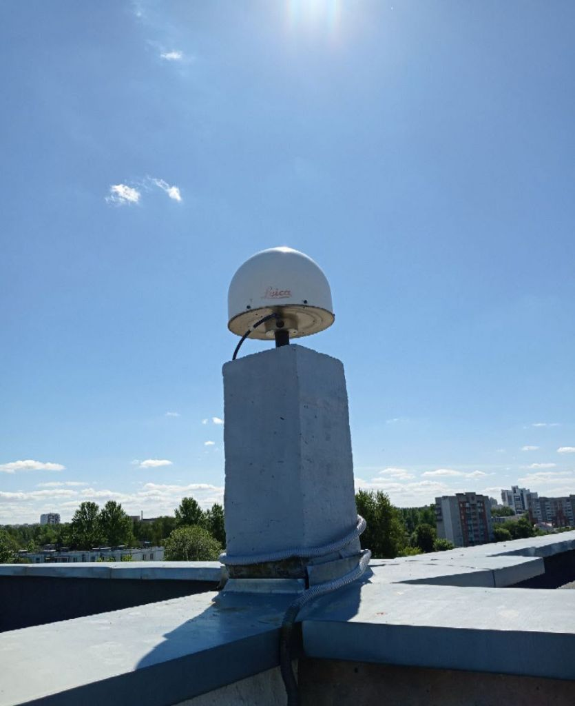 LEIAT504GG antenna with radome, view from north