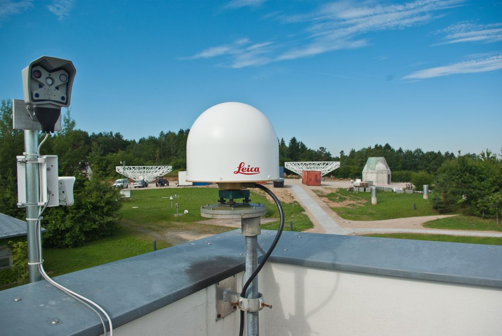 the WTZR antenna. In the background the construction site for the new TWIN radiotelescopes.