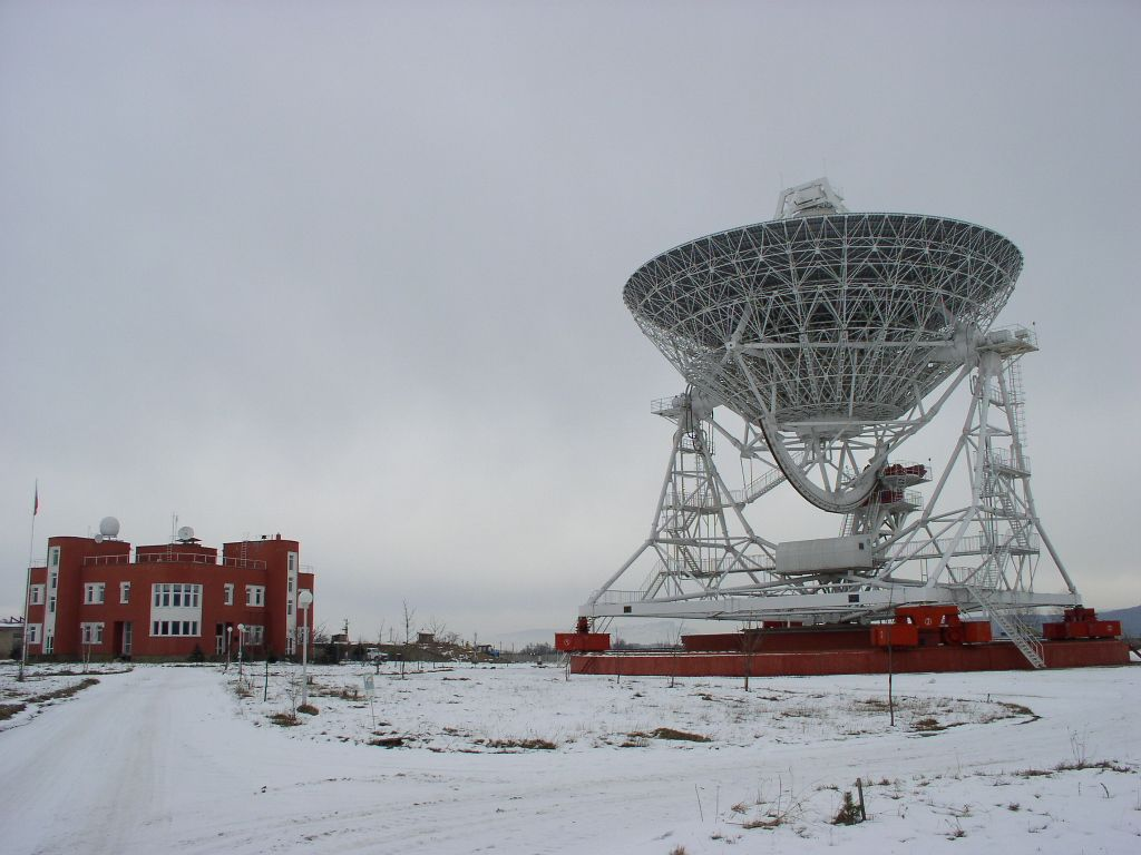 laboratory building and radiotelescope.