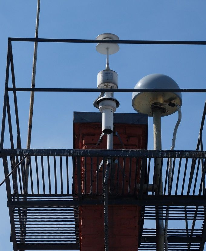 Antenna mast together with the meteorological sensor Paroscientific Met4A